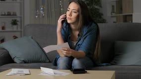 Vrouw die verkeerd ontvangstbewijs op telefoon eisen stock video