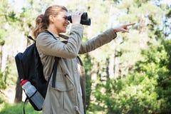 Vrouw die verrekijkers met behulp van Stock Afbeelding