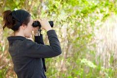 Vrouw die verrekijkers met behulp van Royalty-vrije Stock Afbeelding