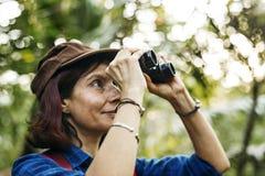 Vrouw die verrekijkers met behulp van terwijl trekking Royalty-vrije Stock Foto's