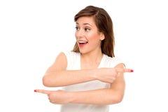 Vrouw die in verschillende richtingen wijst Stock Foto