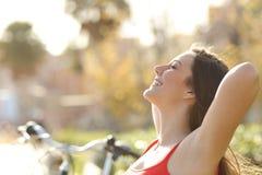 Vrouw die verse lucht en het ontspannen ademen stock foto's