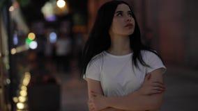 Vrouw die in verse nachtstad lopen stock footage
