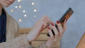 Vrouw die verticale zwarte smartphone thuis gebruiken stock footage