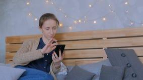 Vrouw die verticale zwarte smartphone thuis gebruiken stock video