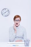 Vrouw die vertraging hebben op het werk royalty-vrije stock afbeelding