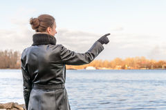 Vrouw die vinger richt stock foto's