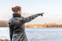 Vrouw die vinger richt stock fotografie