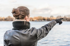 Vrouw die vinger richt stock afbeeldingen