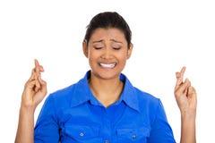 Vrouw die vingers kruisen die en voor mirakel dit wensen bidden royalty-vrije stock foto's