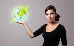 Vrouw die virtueel ecoteken houden Royalty-vrije Stock Afbeelding