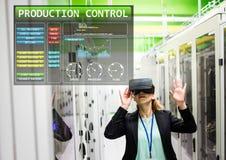 Vrouw die Virtuele de Werkelijkheidshoofdtelefoon van VR met de Controleinterface van de Productiemachine dragen stock foto's