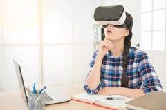 Vrouw die virtuele werkelijkheidsbeschermende brillen dragen Stock Afbeelding