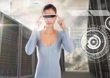 Vrouw die virtuele werkelijkheidsglazen gebruiken tegen serverruimten royalty-vrije stock foto