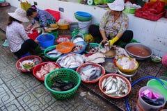 Vrouw die vissen in Saigon voorbereiden Royalty-vrije Stock Afbeeldingen