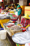 Vrouw die vissen in Saigon voorbereiden Royalty-vrije Stock Fotografie