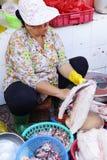Vrouw die vissen in Saigon voorbereiden Stock Foto's
