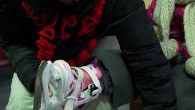 Vrouw die vleten op het been van haar dochter dragen stock footage