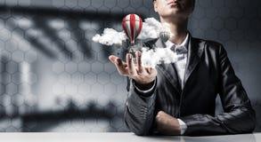 Vrouw die vliegende ballon ter beschikking voorstellen Royalty-vrije Stock Afbeelding