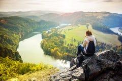 Vrouw die Vltava-rivier bekijken Stock Afbeeldingen