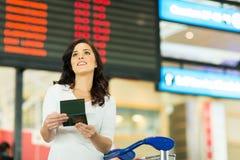 Vrouw die vluchtinformatie controleren Royalty-vrije Stock Foto's