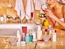 Vrouw die vochtinbrengende crème toepast Stock Foto's