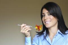 Vrouw die voedsel eet Royalty-vrije Stock Afbeelding