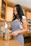 Vrouw die voedsel voorbereidt royalty-vrije stock afbeelding