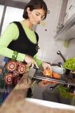 Vrouw die voedsel voorbereidt bij de keuken Stock Fotografie