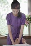 Vrouw die Voetmassage, Masseuse Concentrating op Massage ontvangen stock fotografie