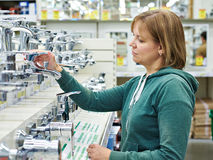 Vrouw die voor badkamersmateriaal winkelen in winkel Stock Foto