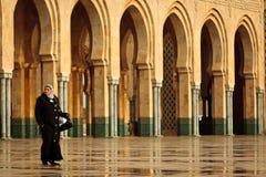 Vrouw die voor bogen bij moskee loopt Royalty-vrije Stock Afbeeldingen