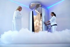 Vrouw die voor cryotherapy behandeling gaan Royalty-vrije Stock Foto