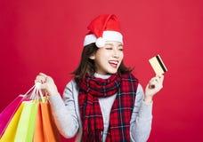 Vrouw die voor Kerstmisgiften door creditcard winkelen Stock Fotografie