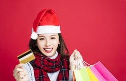 Vrouw die voor Kerstmisgiften door creditcard winkelen Royalty-vrije Stock Foto