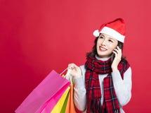 Vrouw die voor Kerstmisgiften winkelt royalty-vrije stock afbeelding