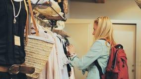 Vrouw die voor Kleding winkelen