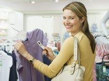 Vrouw die voor Kleren winkelt Stock Afbeeldingen