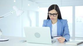 Vrouw die voor online het winkelen, betaling door creditcard wordt opgewekt