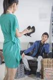 Vrouw die voor schoenen bij manieropslag winkelen Royalty-vrije Stock Foto's