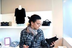 Vrouw die voor schoenen winkelt Stock Fotografie