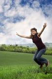 Vrouw die voor vreugde springt Royalty-vrije Stock Afbeelding