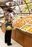 Vrouw die voor vruchten winkelt Royalty-vrije Stock Foto