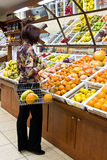 Vrouw die voor vruchten winkelt Royalty-vrije Stock Fotografie