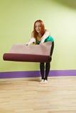 Vrouw die voor yogaklasse voorbereidingen treffen Stock Foto's