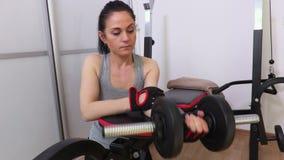 Vrouw die voorarmtraining doen stock video