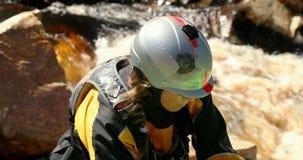 Vrouw die voorbereidingen treffen beginnen in de rivier 4k kayaking stock videobeelden