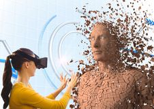 Vrouw die VR-glazen dragen terwijl wat betreft 3d mens Stock Foto