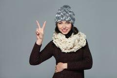 Vrouw die vredesteken geeft Stock Foto's