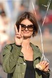 Vrouw die vredesteken maakt Royalty-vrije Stock Afbeelding